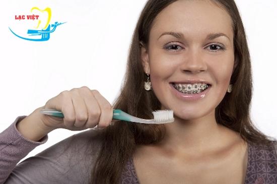 kinh nghiệm niềng răng thưa: Vệ sinh răng miệng sạch sẽ