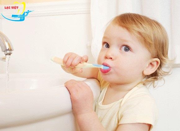 cách chữa đau răng cho trẻ - dạy trẻ đánh răng đúng cách và tập thói quen đánh răng đầy đủ