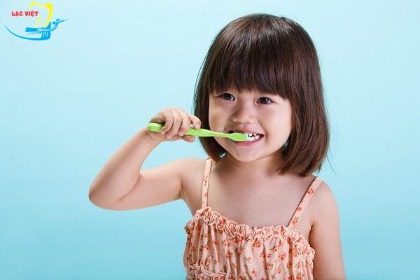 cách làm giảm đau răng ở trẻ em cần tập cho trẻ thói quen đánh răng 2 lần/ngày và đánh răng đúng cách