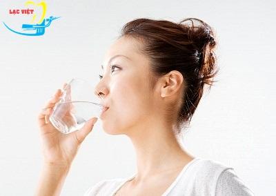súc miệng với nước muối chữa đau răng khi cho con bú