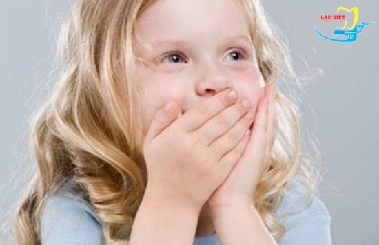 Bé bị sâu răng hàm