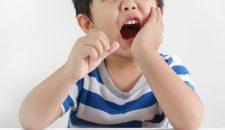 Trẻ bị sâu răng – Nguyên nhân và cách khắc phục